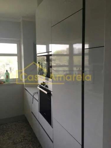 Móveis de cozinha em remodelação de cozinha. Frigorífico, forno e microondas.