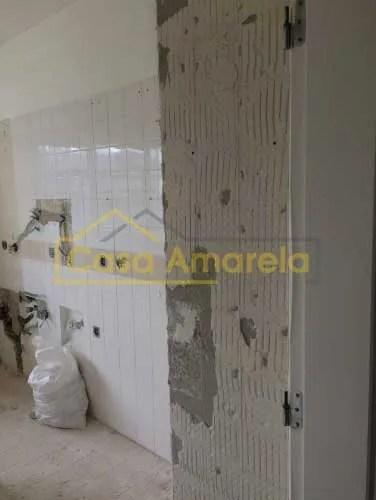 Remodelação de cozinha: retirada de móveis e azulejos.