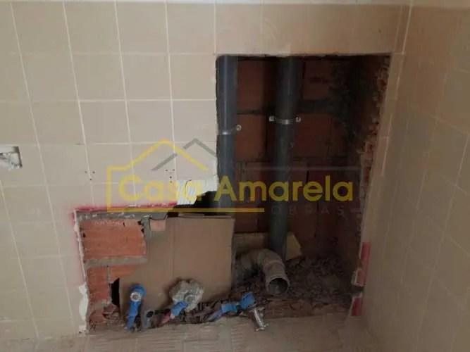Trabalhos de canalização em remodelação de casa de banho