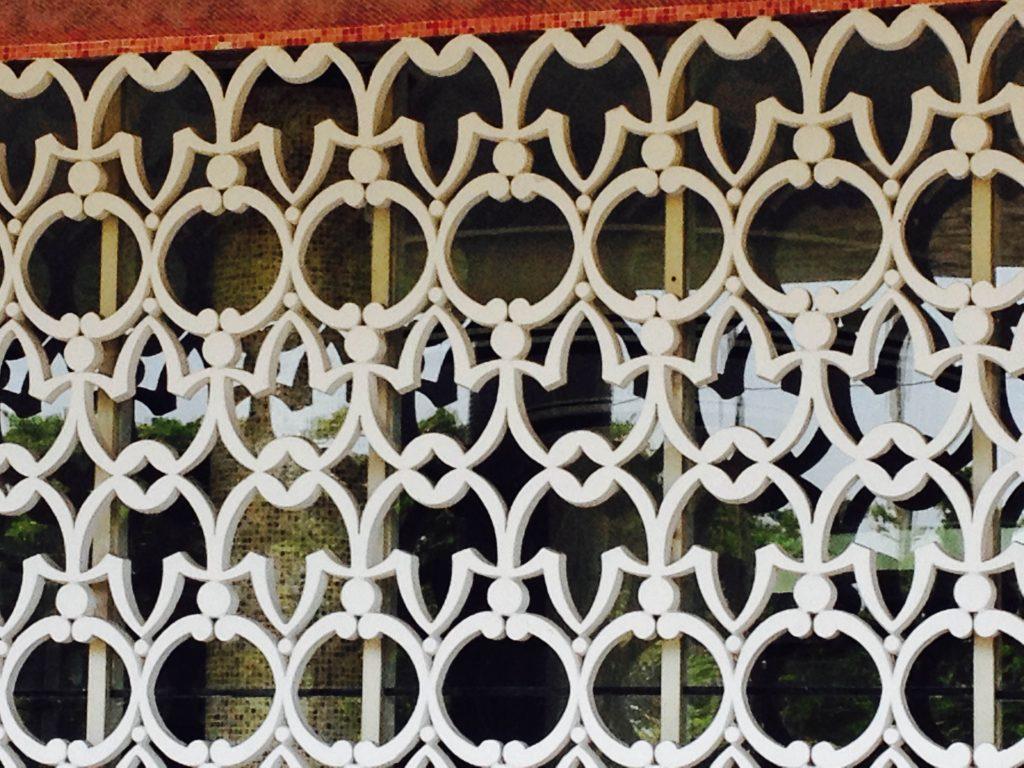 Cobogó cimentício pintado. Autodidata, Artacho Jurado foi um dos construtores que mais explorou os cobogós de forma livre, sem se prender às regras da arquitetura modernista da época. Obra: Artacho Jurado - 1957- Santos- SP