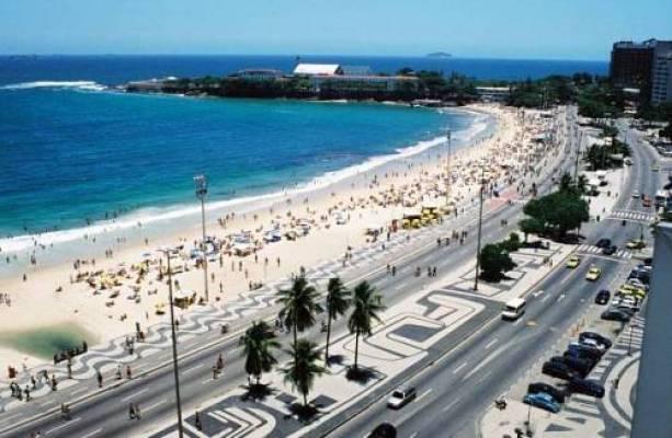 Com o projeto de Burle Marx, em 1970, a faixa de areia e o calçadão foram alargados e as pistas para veículos duplicadas - laformamodernaenlatinoamerica.blogspot.com.br