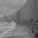 Carros e ônibus trafegavam próximos à faixa de areia - acervo.oglobo.globo.com