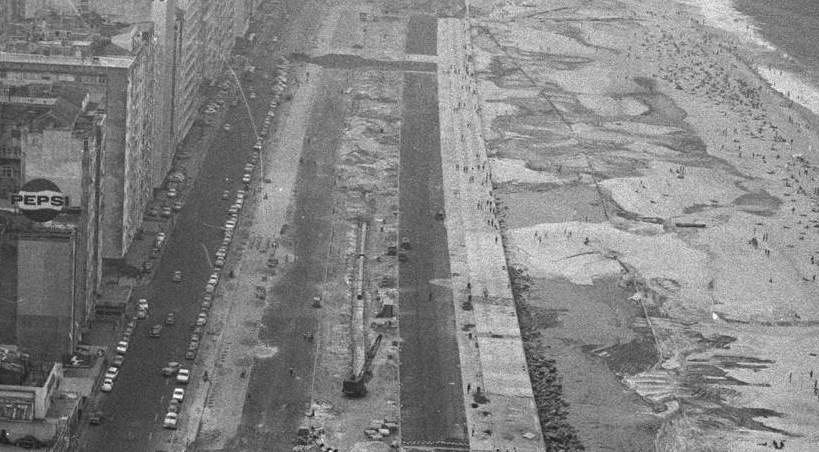 Aterro: para duplicar as pistas, parte da faixa de areia foi aterrada. Isso levou muitos moradores a temer pela segurança da obra - acervo.oglobo.globo.com