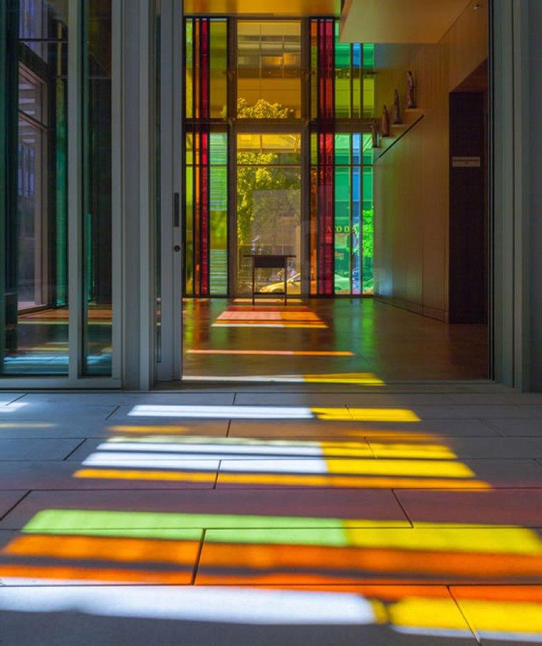 Catedral Luterana Gethsemane em Seattle, EUA. Luz, cor, reflexo e paz.