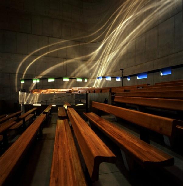 Pela manhã, pequenas janelas criam pontos de luz no chão que, pouco a pouco, misteriosamente, transformam-se em ondas luminosas que passeiam pelas paredes. Cilindros de policarbonato com sulcos concêntricos causam este efeito impressionante. Saint-Pierre, Firminy - Le Corbusier - Imagem: Henry Plummer