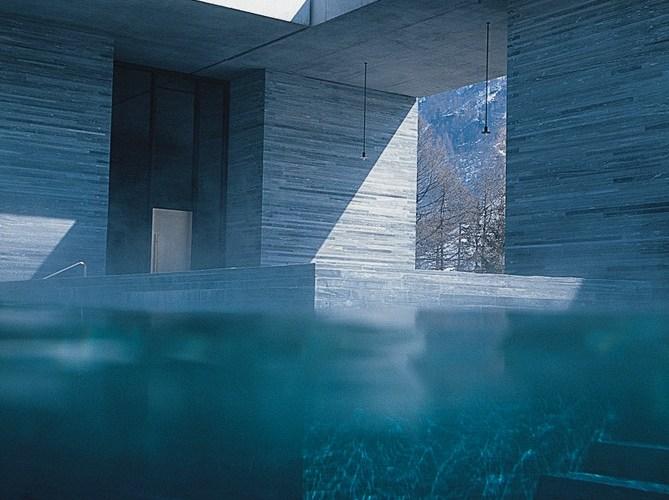 O edifício se integra totalmente ao entorno - Termas De Vals - Peter Zumthor - Imagem Archdaily