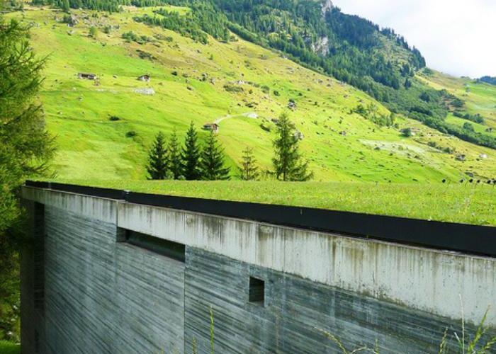 Edifício se integra totalmente ao entorno - Termas De Vals - Peter Zumthor - archzine.fr