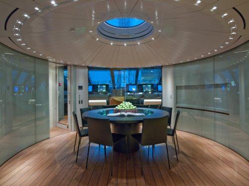 Uma parede envidraçada entre a sala de reuniões e a cabine do comandante mantém uma sensação de continuidade espacial.