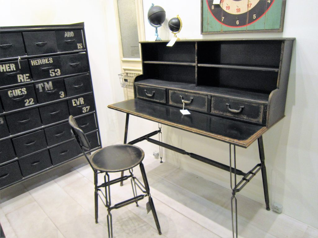 """Escrivaninha, arquivo e cadeira de ferro pintado na cor preta da Ethnix, com acabamento """"envelhecido"""" . Imagem: Adriano Gronard"""