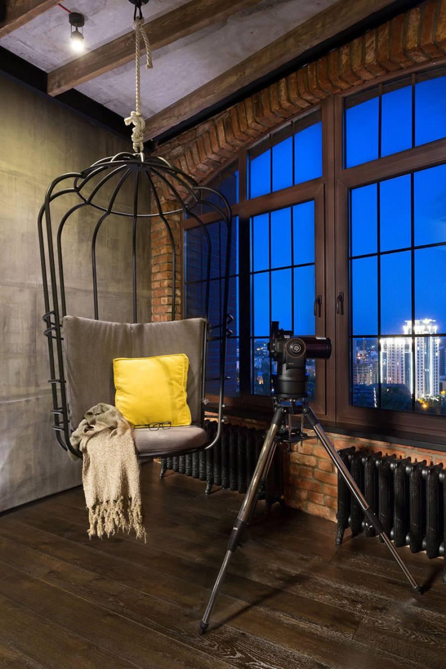 Decoração rústica industrial: estrutura aparente, grande janela com iluminação natural, madeira, concreto, tijolo à vista, metal. Casa Ao Cubo. Foto: Martin Architects.