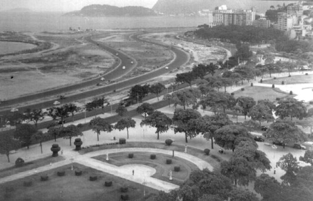 Vista do Aterro do Flamengo, no Rio de Janeiro, antes da construção do parque do Flamengo. A área não tinha qualquer tratamento paisagístico, mas muito entulho. Imagem: reidy-ofilme.blogspot