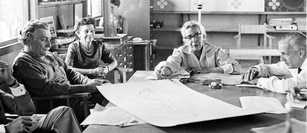 A incrível Lotta comandando Burle Marx e outros integrantes do projeto de implantação do Parque do Flamengo. Imagem: Jornal do Brasil