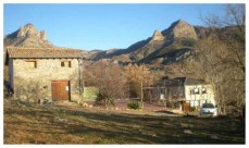 El taller de cerámica a la izquierda, la pista de tenis y al fondo a la derecha Casa Baltasar
