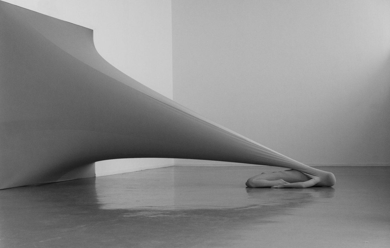 El arte de Malin Bülow utiliza bailarines con prendas elásticas para investigar la tensión del cuerpo