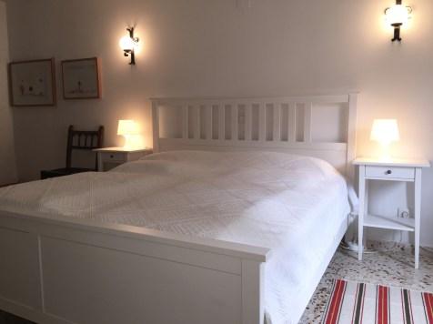 Ein breites, bequemes Doppelbett.