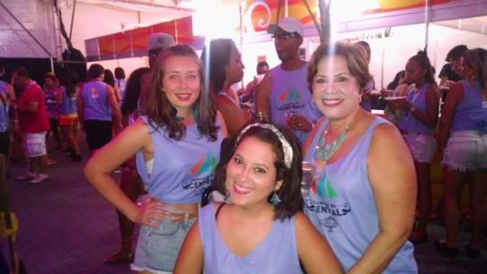 Mila D'Oliveira, autora do texto, com amigas durante o carnaval, em 2015.
