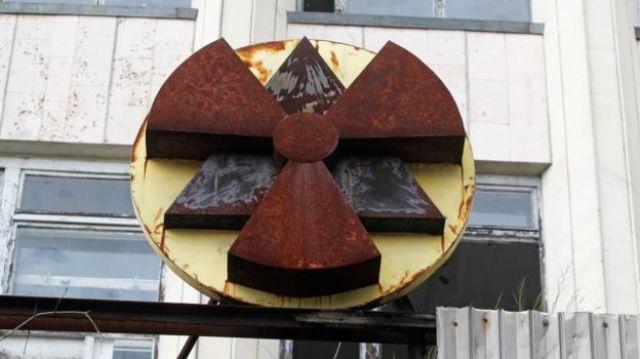Edifício com peça indicando radioatividade