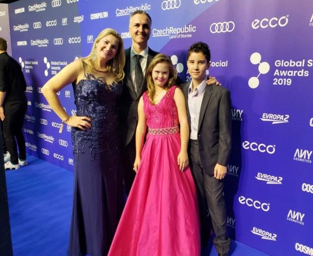 Georgia foi receber prêmio em Praga acompanhada dos pais e do irmão — Foto: Arquivo Pessoal