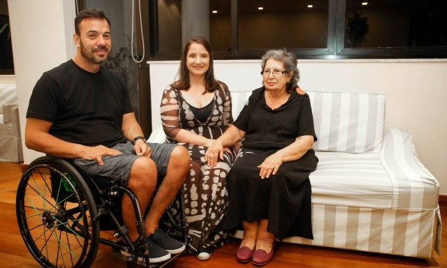 A arquiteta Gabriella Zubelli (ao centro) com o irmão Eduardo Savine Mayr e a mãe, Tereza Maria Savine Foto: Gabriela Fittipaldi / Agência O Globo