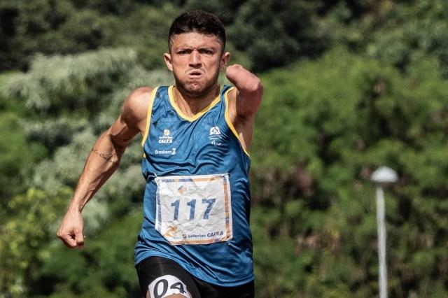 O velocista Petrúcio Ferreira é uma das estrelas do Brasil reveladas nas Paralimpíadas escolares — Foto: Daniel Zappe/MPIX