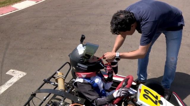 Tiago ajuda o filho durante os intervalos nas pistas — Foto: Vaner Santos / EPTV