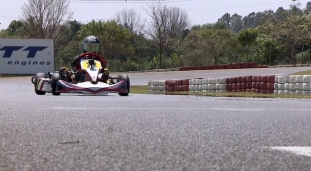 Garoto com paralisia cerebral usa kart como forma de tratamento e sonha em virar piloto profissional
