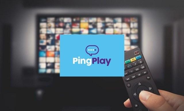 Foto com um fundo de uma tv com canais na tela, uma mão a segurar um controle remoto e no meio a logo da plataforma num card azul e o nome ping play