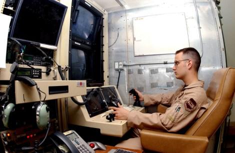 Um operador de drones-não pilotados, repare-se no joystick, utilizado para jogos virtuais