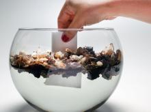 Nesta sequência de imagens, o Fohm.Life entrou em contato com o óleo contido em um recipiente de água e, na terceira imagem, o resultado: o óleo se une ao polímetro e a água volta a ficar 100% limpa