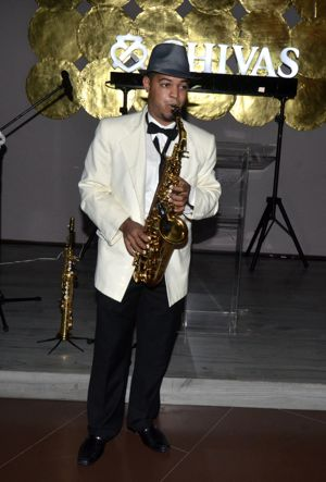 Saxofonista _animando_con_Música_de_los_años_50