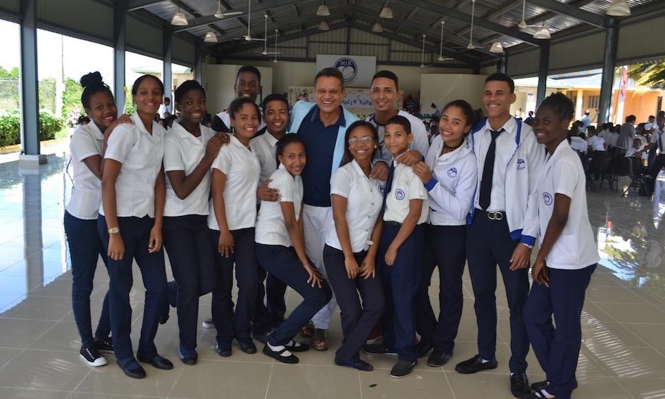 Naeem Khan visits Fundación MIR