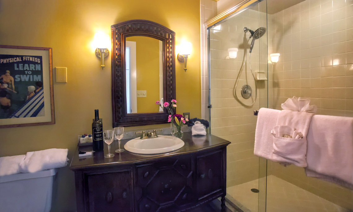 Granada room bath