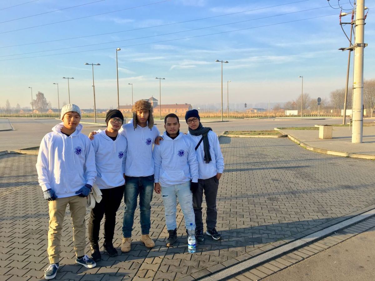Colegiais Bnei Menashe visitam Auschwitz pela primeira vez para aprender sobre o Holocausto