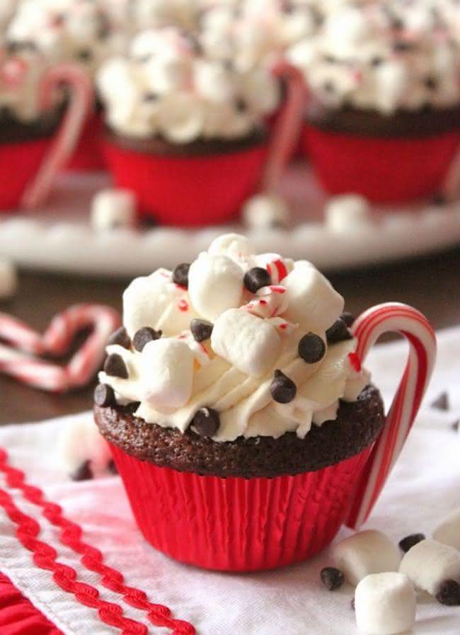 Cupcakes de chocolate e mini marshmallows para o natal