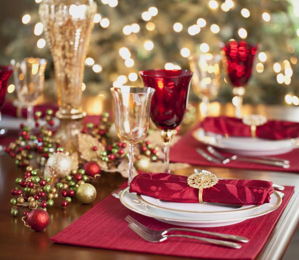 Mesa de natal dourada e vermelha