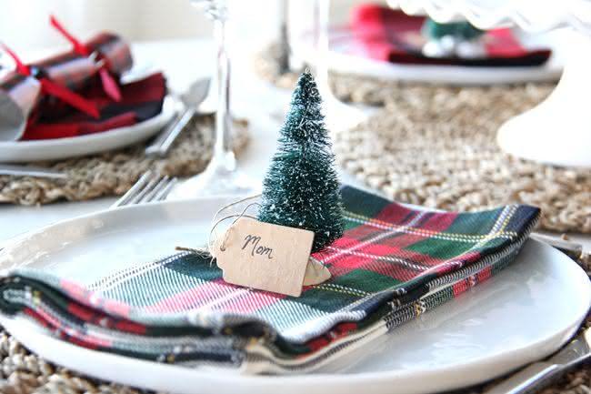 Mini árvore de natal marca lugar
