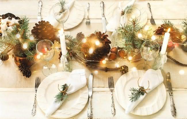 Cordão de luzes no centro da mesa de natal