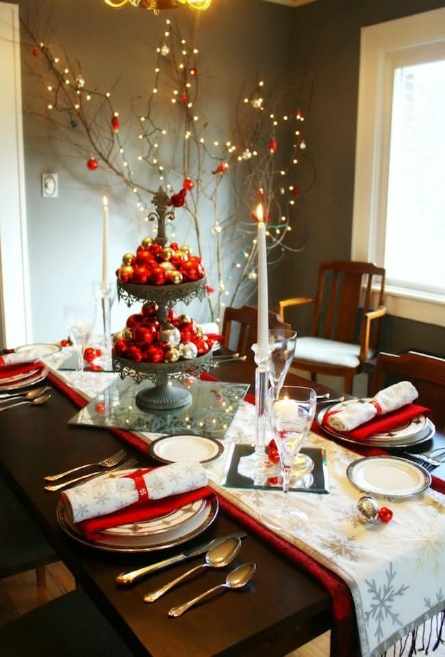 Decoração de mesa de natal com Bolas