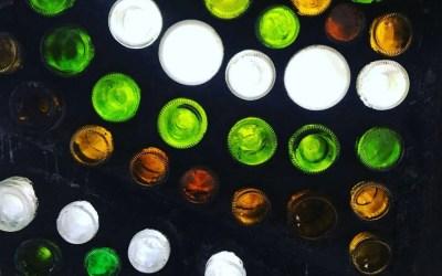Muros de botellas y troncos con inspirados voluntarios