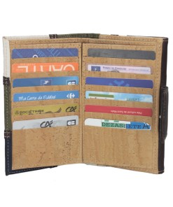 Portefeuille patchwork en liège Ce magnifique portefeuille en édition limitée, à été conçu pour satisfaire le plus grand nombre. Son ergonomie et sa prise en main vous permet d'accéder à tout vos papiers rapidement. Il dispose de 6 compartiments pour facilité le rangement.