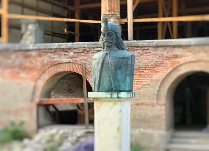 O que fazer em Bucareste estátua de vlad