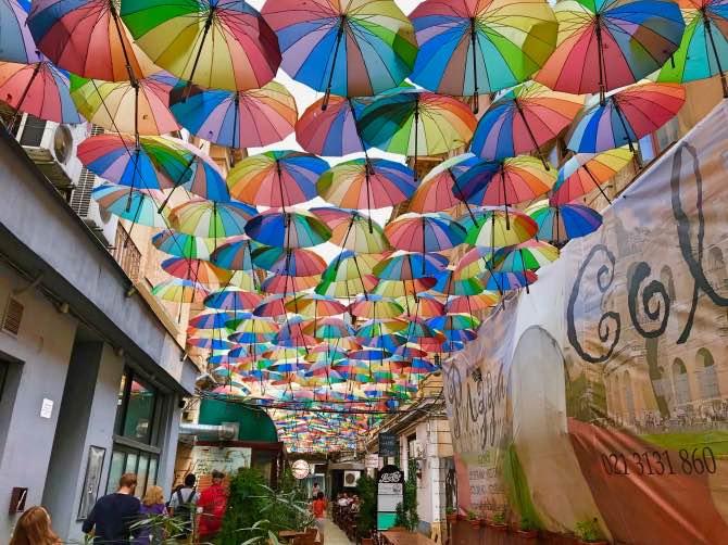 O que fazer em Bucareste guarda-chuvas coloridos