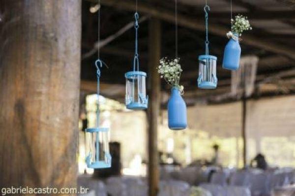 casamento-economico-de-dia-ao-ar-livre-chacara-noiva-com-coroa-de-flores-decoracao-faca-voce-mesmo-azul-e-amarelo- (19)