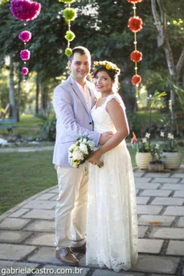 casamento-economico-de-dia-ao-ar-livre-chacara-noiva-com-coroa-de-flores-decoracao-faca-voce-mesmo-azul-e-amarelo- (36)