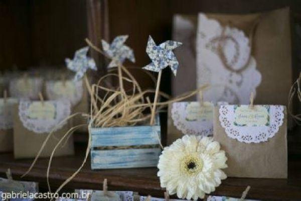 casamento-economico-de-dia-ao-ar-livre-chacara-noiva-com-coroa-de-flores-decoracao-faca-voce-mesmo-azul-e-amarelo- (9)