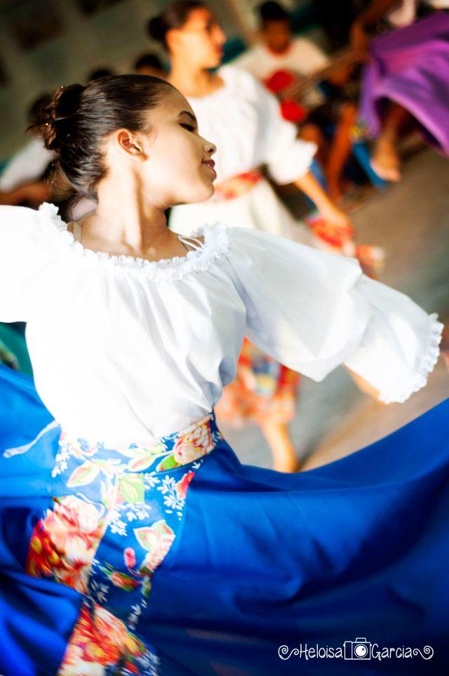"""Bailarinas do Moinho Cultural apresentando a dança """"Três Nações""""."""
