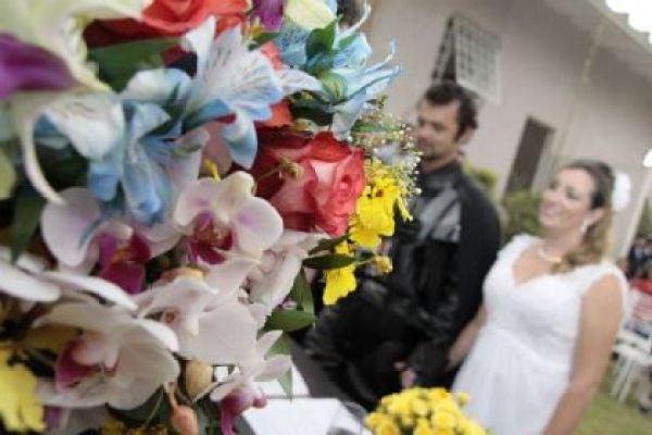 casamento-economico-tematico-star-wars-noivo-darth-vader-ao-ar-livre-decoracao-com-girassois (21)
