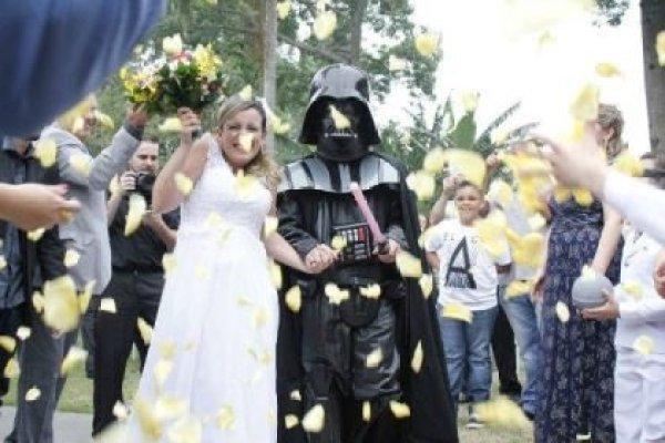 casamento-economico-tematico-star-wars-noivo-darth-vader-ao-ar-livre-decoracao-com-girassois (23)