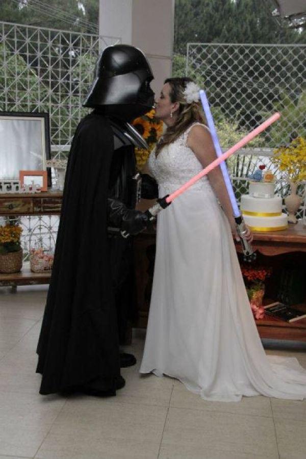 casamento-economico-tematico-star-wars-noivo-darth-vader-ao-ar-livre-decoracao-com-girassois (25)