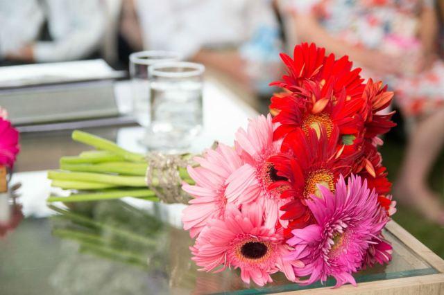 Buquê da noiva, com flores rosas, vermelhas e lilás